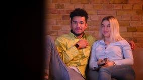 Chariot tiré de la comédie de observation de couples multinationaux à la TV et de rire en atmosphère à la maison confortable banque de vidéos