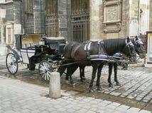 Chariot typique de Fiaker dans la vieille ville de la capitale autrichienne photos stock