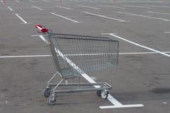 Chariot vide de chariot sur le stationnement Photo libre de droits