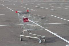 Chariot vide du marché sur le stationnement Image stock