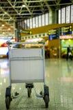 Chariot vide en métal pour le bagage se tenant à l'aéroport Photographie stock