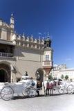 chariot Vieux-dénommé de cheval sur la place principale du marché à Cracovie, Pologne Photos libres de droits