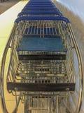 Chariots à achats en métal photos stock