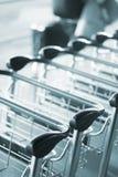 Chariots à bagage d'aéroport pour des bagages Photographie stock