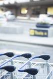 Chariots à bagage d'aéroport pour des bagages Images libres de droits