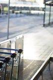 Chariots à bagage d'aéroport pour des bagages Images stock