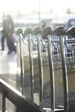 Chariots à bagage d'aéroport pour des bagages Image libre de droits