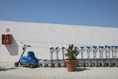 Chariots à l'aéroport de Palerme image stock