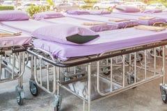 Chariots à lit d'hôpital avec les draps et l'oreiller photos libres de droits