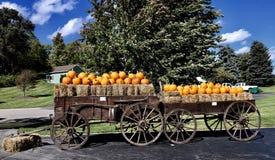 Chariots antiques de Hay Bales et des potirons photographie stock libre de droits