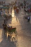 Chariots au coucher du soleil sur l'EL Fna de Djemaa Images stock