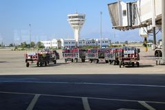 Chariots avec la cargaison à l'aéroport international d'Antalya - juillet 2017 Photographie stock libre de droits