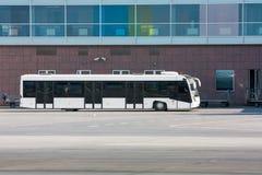 Chariots d'autobus et de bagages d'aéroport près du terminal Images stock