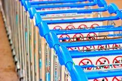 Chariots de bagage à l'aéroport d'Antalya Images libres de droits