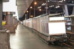 Chariots de bagage à l'aéroport moderne Photographie stock
