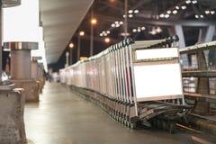 Chariots de bagage à l'aéroport moderne Image libre de droits