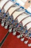 Chariots de bagage à l'aéroport moderne Photo stock