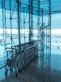 Chariots de bagage à l'intérieur d'aéroport moderne Photographie stock libre de droits