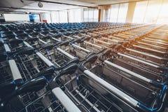 Chariots de bagage dans le terminal de l'aéroport des Maldives Images libres de droits