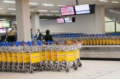 Chariots de bagages à l'aéroport de Schiphol, Amsterdam, Pays-Bas Image libre de droits