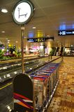 Chariots de bagages dans l'aéroport de Changi, Singapour Images libres de droits