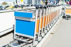 Chariots de bagages dans une rangée photographie stock