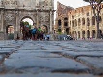 Chariots de chevaux devant le Colosseum Photographie stock