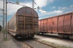 Chariots de fret à une gare ferroviaire photographie stock libre de droits