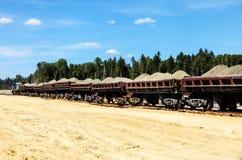 Chariots de fret ferroviaire avec le sable photographie stock