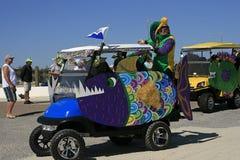 Chariots de golf décorés dans Mardi Gras Parade aux pieds nus Photo libre de droits