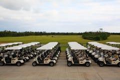 Chariots de golf dans une ressource de Cancun Image stock
