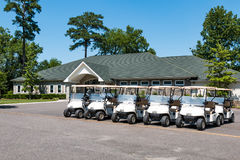 Chariots de golf et pavillion au terrain de golf courtaud de lac image libre de droits