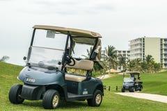 Chariots de golf garés sur le terrain de golf de colline de cannelle à Montego Bay, Jamaïque photographie stock