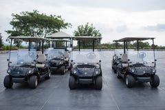 Chariots de golf sur un club de golf noir de montagne photo libre de droits