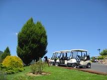 Chariots de golf vides Images libres de droits