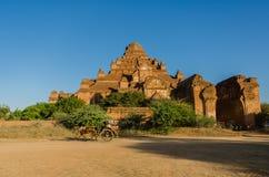 Chariots de Hourse avec le temple de Dhammayangyi Images stock