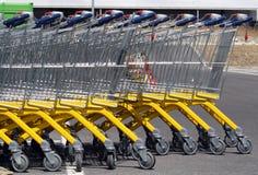 Chariots de supermarché. Image libre de droits