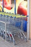 Chariots de supermarché de la chaîne de supermarchés de Lidl Images libres de droits