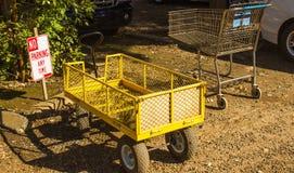 Chariots garés dans la zone de stationnement interdit Image libre de droits