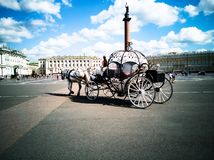 Chariots hippomobiles, place de palais photo libre de droits