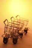 Chariots miniatures à achats Photos stock