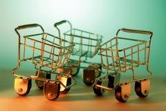 Chariots miniatures à achats Images stock