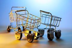 Chariots miniatures à achats Photo stock