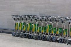 Chariots pour des bagages dans l'aéroport Photos libres de droits