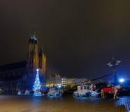 Chariots pour les touristes de monte sur le fond de la cathédrale de Mariacki Image stock