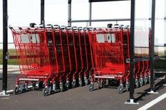 Chariots rouges à achats à l'extérieur Image libre de droits
