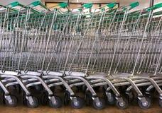 Chariots verts garés à achats Photographie stock
