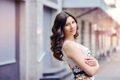 charisma individualiteit Jonge vrouw met krullende haren royalty-vrije stock fotografie