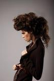charisma Modieuze Vrouw met Ongebruikelijk Shaggy Hairstyle Stock Afbeelding