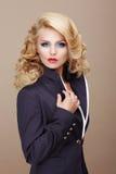 charisma Zakelijk Vrouwenblonde in Blauw Kostuum royalty-vrije stock foto